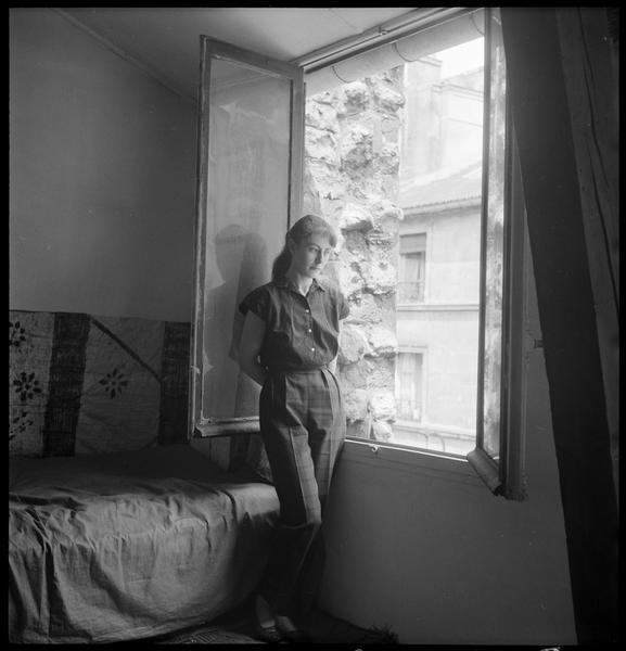 [Portrait d'Agathe Vaïto à la fenêtre de son atelier]