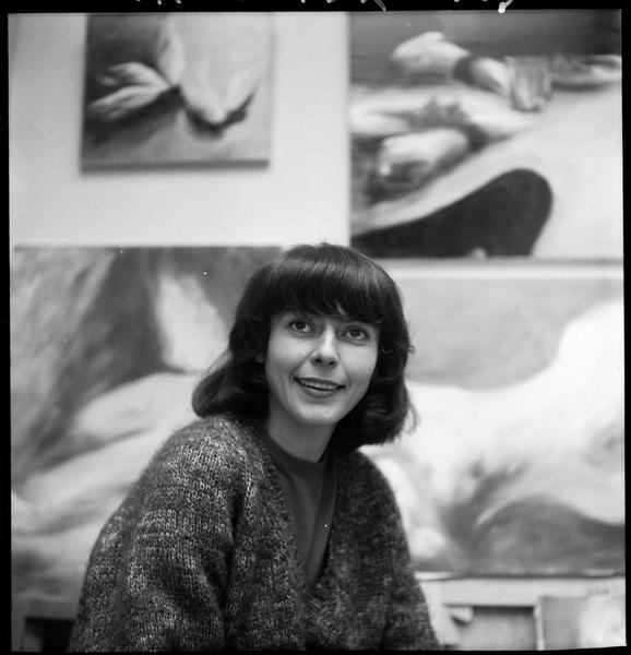 [Portrait d'Agathe Vaïto dans son atelier devant ses oeuvres]