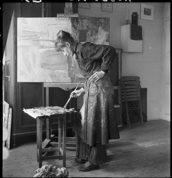 [Portrait d'Agathe Vaïto peignant dans son atelier]