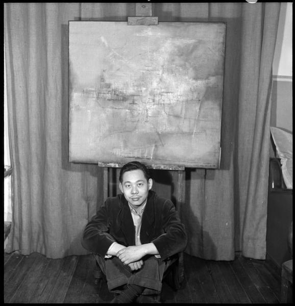 [Portrait de Zao Wou-Ki assis dans l'atelier devant une peinture sur chevalet]