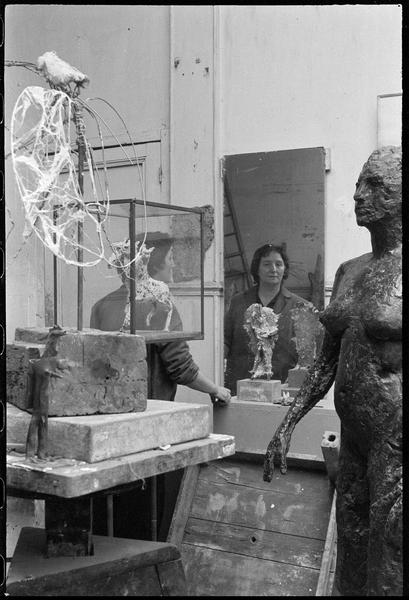 [Portrait au miroir de Germaine Richier dans son atelier au milieu de ses oeuvres]
