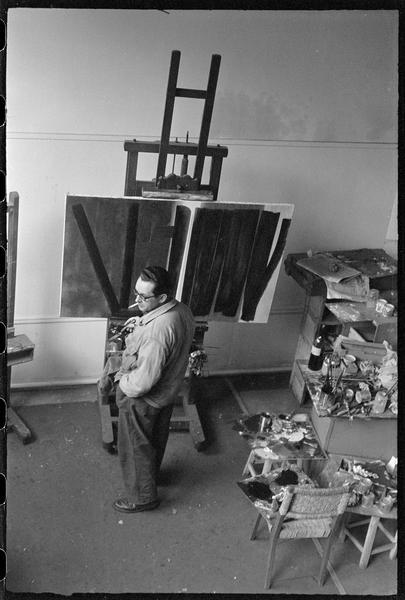 [Portrait en plongée de Hans Hartung peignant dans son atelier]