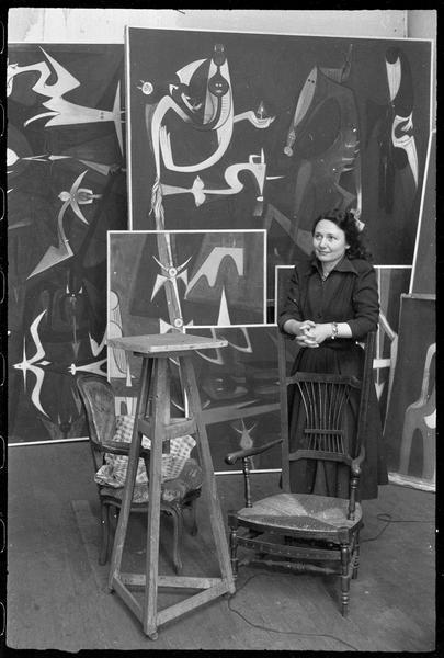 [Portrait d'une femme dans l'atelier au milieu des oeuvres de Wifredo Lam]