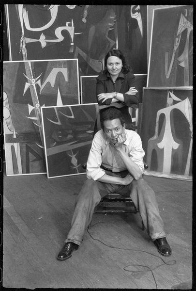 [Portrait de Wifredo Lam et une femme dans l'atelier au milieu des oeuvres]