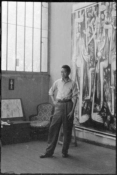 [Portrait de Wifredo Lam dans son atelier devant 'La jungle']
