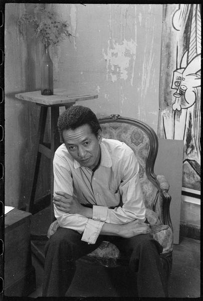 [Portrait de Wifredo Lam assis dans son atelier]