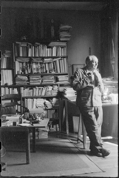 [Portrait d'Alberto Magnelli dans son atelier à côté de sa bibliothèque]