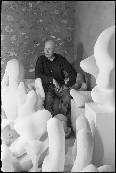 [Portrait de Jean Arp assis dans son atelier au milieu de ses oeuvres]