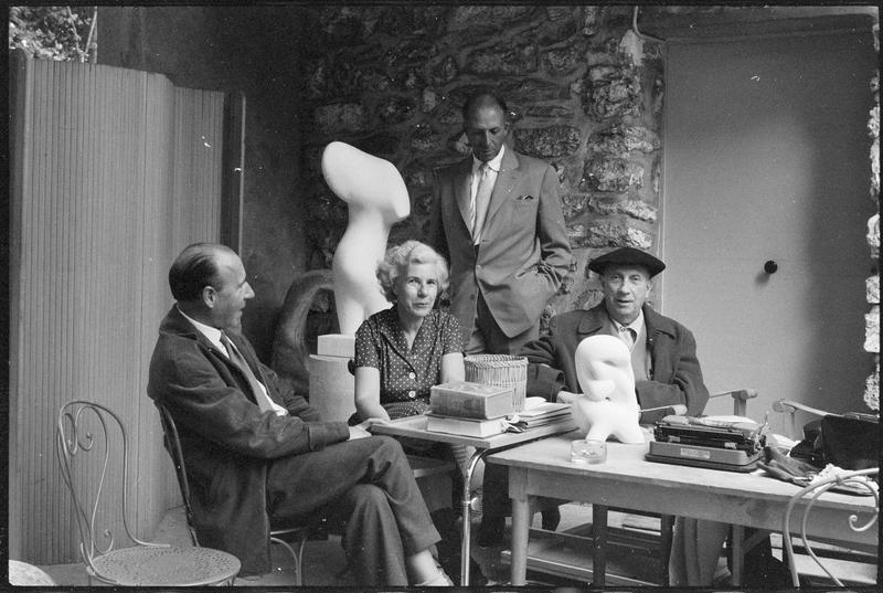 [Portrait d'Edouard Loeb (debout), Michel Seuphor, Marguerite et Jean Arp sur la terrasse de l'atelier]