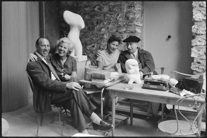 [Portrait de Michel Seuphor, Marguerite Arp, Denise Colomb et Jean Arp assis sur la terrasse de l'atelier]