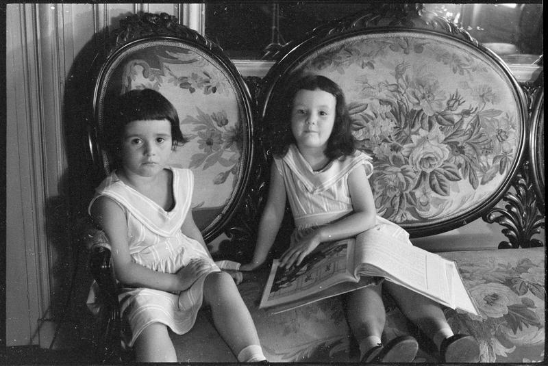 [Portrait des deux filles de Florence Weingarten assises sur un canapé]