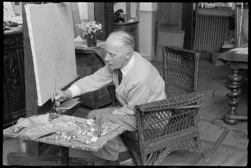 [Portrait de Jacques Villon peignant assis dans son atelier]