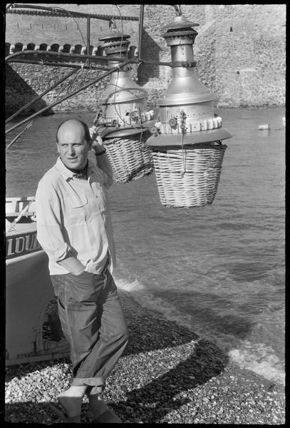 [Portrait de Willy Mucha en bord de mer appuyé contre un bateau]