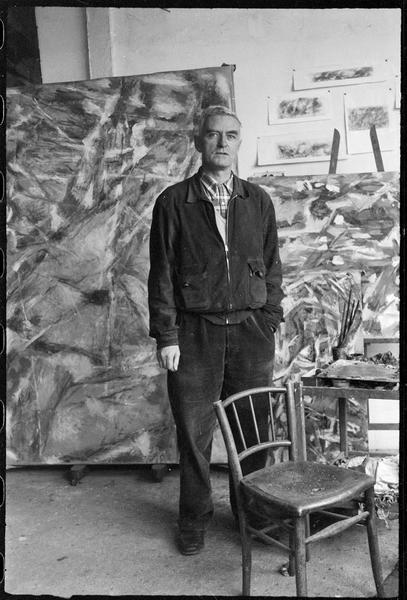 [Portrait de Jean Bazaine dans son atelier devant ses oeuvres]