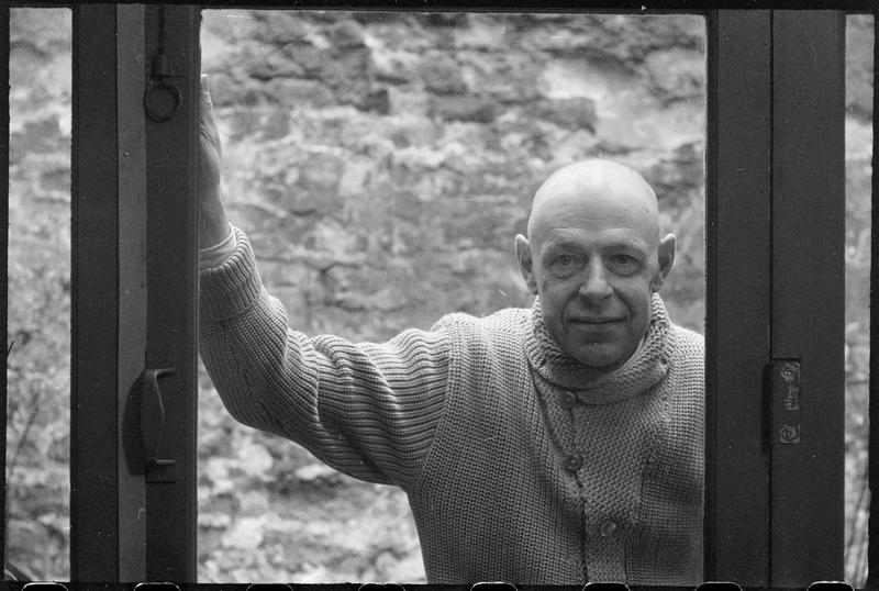 [Portrait de Jean Dubuffet derrière la fenêtre de son atelier]