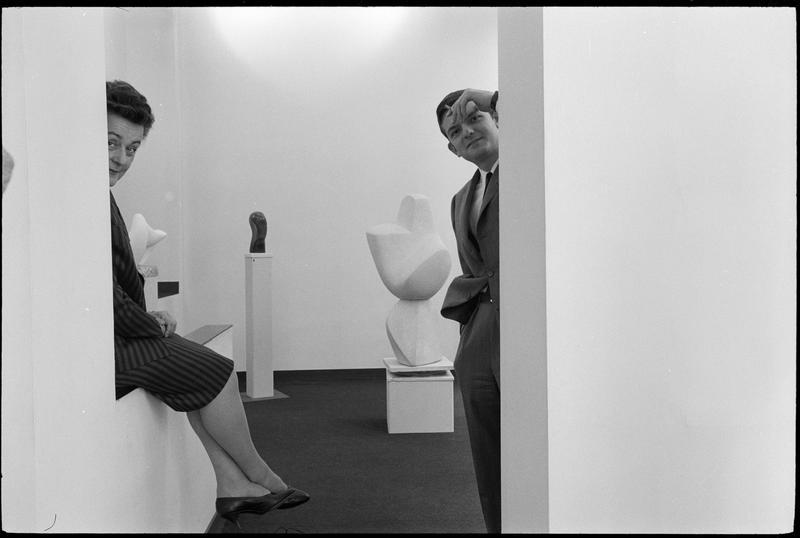 [Exposition de Guitou Knoop, juin à juillet 1958 : Guitou Knoop et André Schoeller Jr (supposé) dans la galerie]