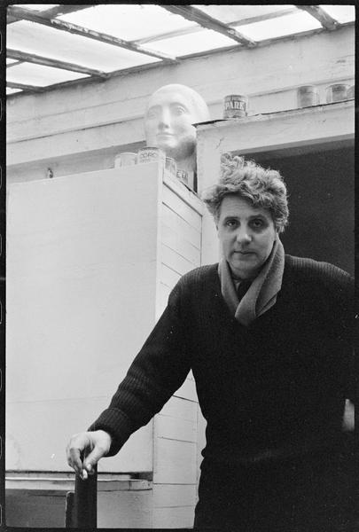 [Portrait d'Emile Gilioli dans son atelier]
