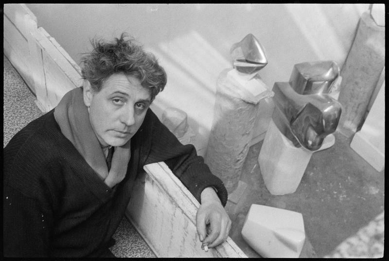 [Portrait d'Emile Gilioli accoudé à la mezzanine de son atelier]