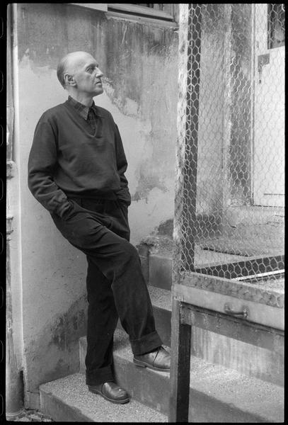 [Portrait de Victor Brauner dans la cour de son atelier à côté d'une volière]