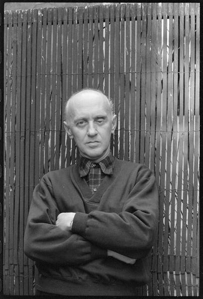 [Portrait de Victor Brauner dans la cour de son atelier]