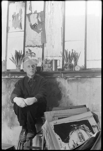 [Portrait de Victor Brauner assis dans son atelier à côté d'une farde]