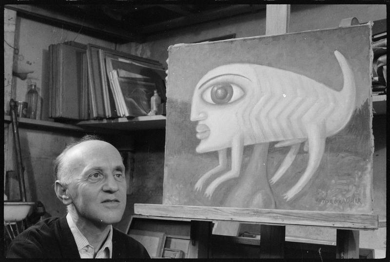 [Portrait de Victor Brauner dans son atelier à côté d'une de ses peintures]
