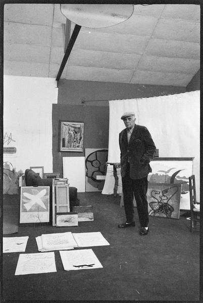 [Portrait de Georges Braque dans son atelier au milieu de ses oeuvres]