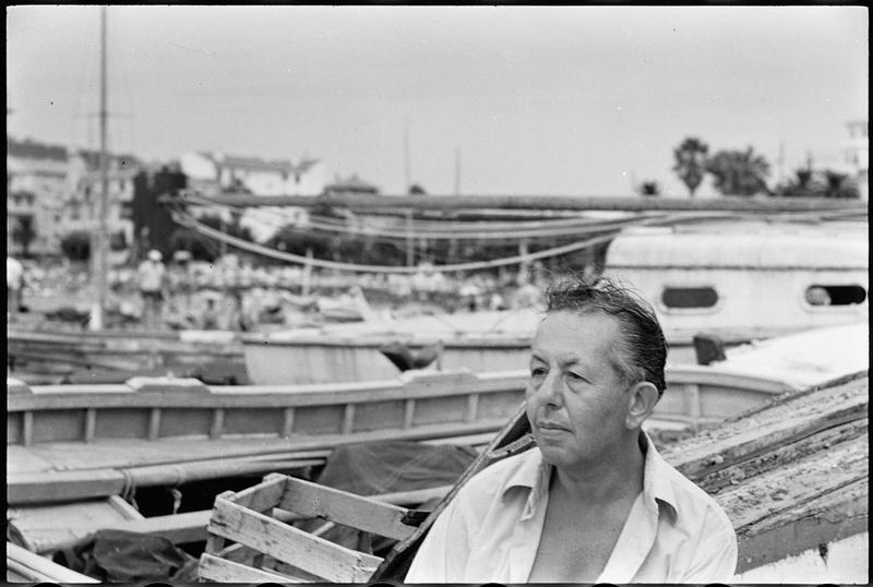 [Portrait d'Alexandre Sacha Garbell assis sur une barque]