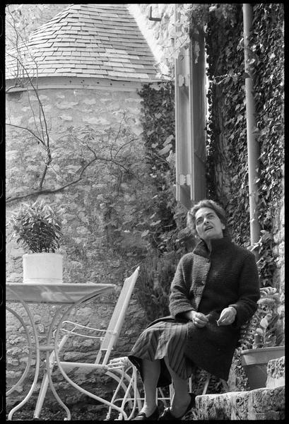 [Portrait de Maria Elena Vieira da Silva assise dans la cour]