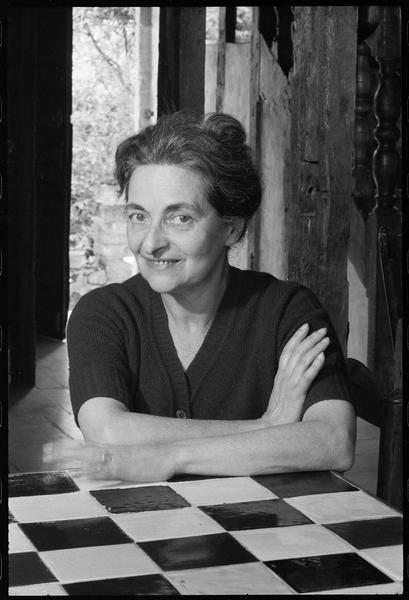 [Portrait de Maria Elena Vieira da Silva attablée dans la maison]