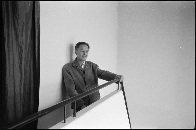 [Portrait de Victor Vasarely dans l'escalier de son atelier]