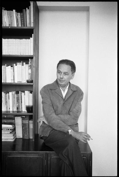 [Portrait de Victor Vasarely assis à côté d'une bibliothèque]