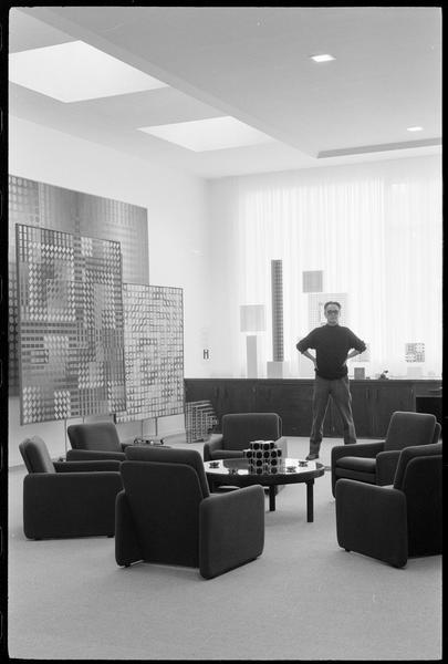 [Portrait de Victor Vasarely dans son atelier au milieu de ses oeuvres]