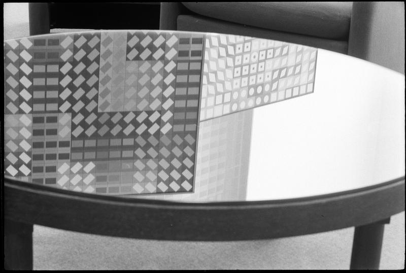 [Table miroir reflétant des oeuvres de Victor Vasarely dans l'atelier]