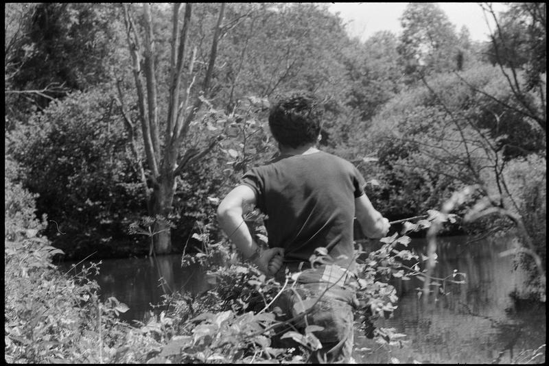 [Portrait de Dado pêchant au bord d'une rivière]