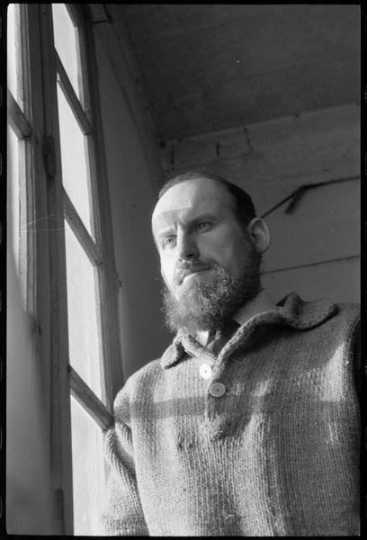 [Portrait de Georges Romathier regardant par la fenêtre de son atelier]