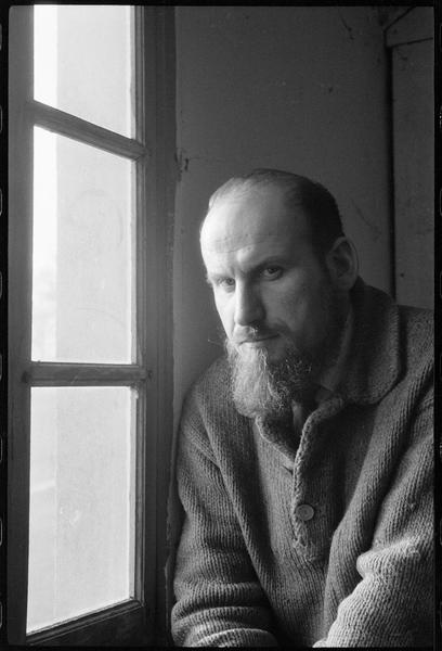 [Portrait de Georges Romathier assis dans son atelier, à côté d'une fenêtre]