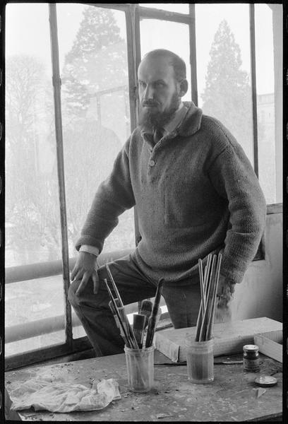 [Portrait de Georges Romathier dans son atelier, derrière sa table de travail]