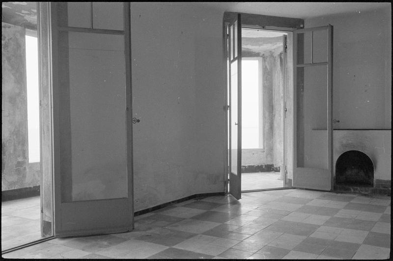 [Atelier de Nicolas de Staël avec les portes fenêtres donnant sur la terrasse ouvertes]