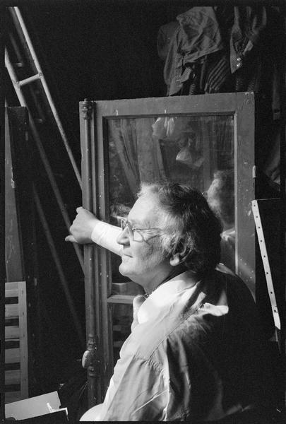 [Portrait de Joe Downing dans son atelier tenant dans la main le battant d'une fenêtre]