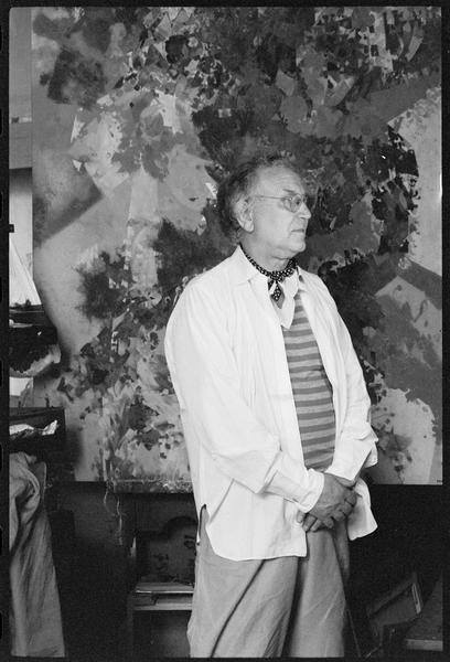 [Portrait de Joe Downing dans son atelier devant une oeuvre]