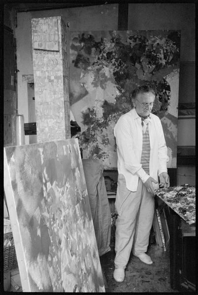 [Portrait de Joe Downing dans son atelier au milieu de ses oeuvres]