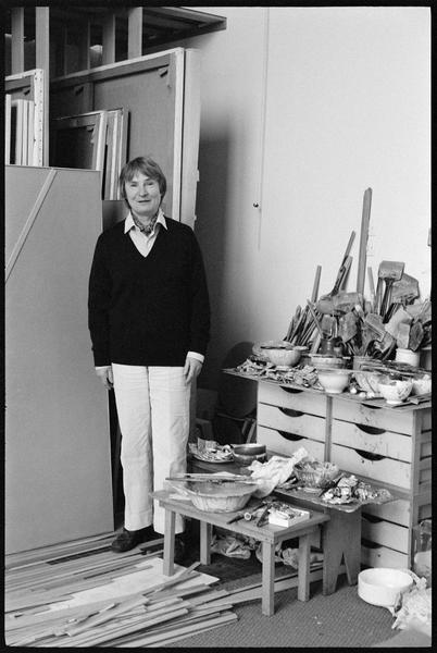 [Portrait de Geneviève Asse dans son atelier à côté de son stock de peintures]