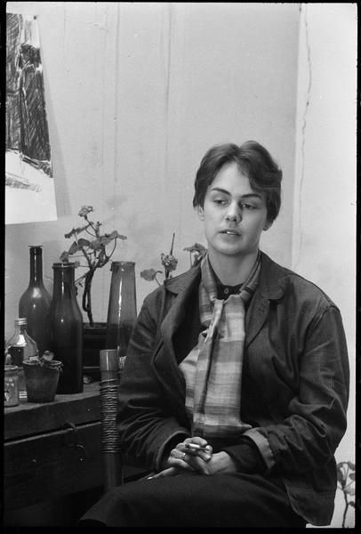 [Portrait de Raymonde Godin assise dans son atelier]