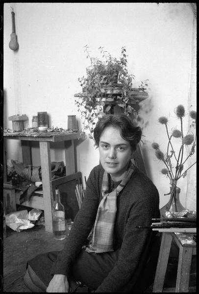 [Portrait de Raymonde Godin assise sur le sol de son atelier]