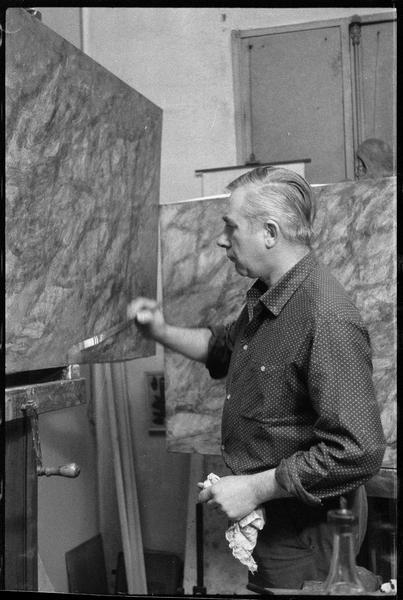 [Portrait de Gustave Singier peignant dans son atelier]
