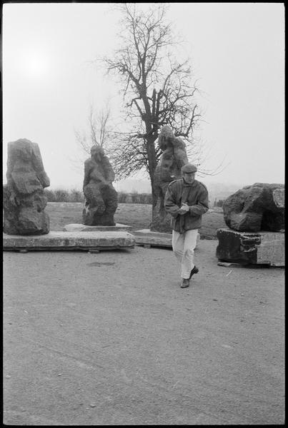 [Portrait d'Eugène Dodeigne dans son jardin orné de ses sculptures]