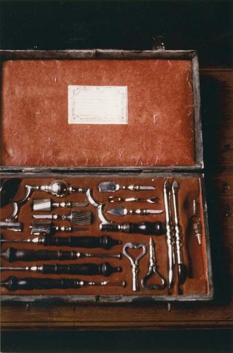 Trousse de chirurgie contenant 17 instruments, dans un coffret
