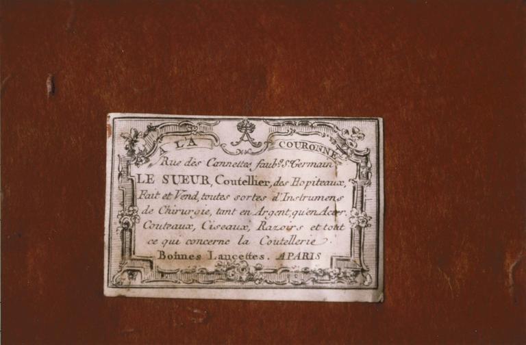 trousse de chirurgie contenant 17 instruments, dans un coffret, détail de l'étiquette