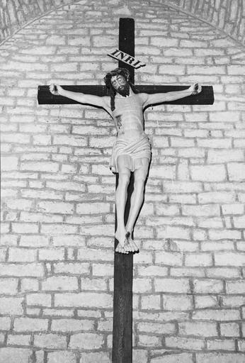 Statue : Christ en croix, bois peint